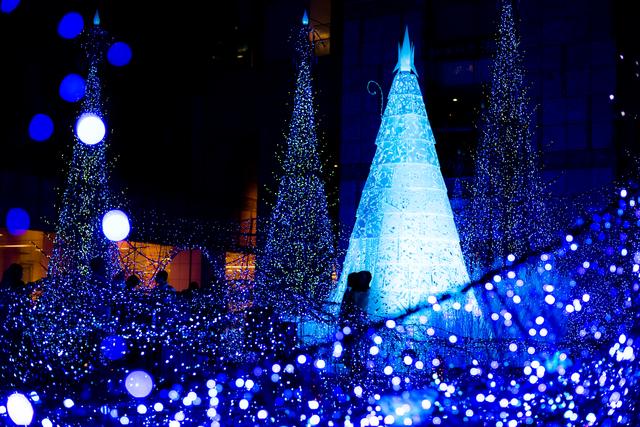 青色のクリスマスイルミネーション