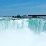 水の躍動感や反射色を英語で描写する – No.1 滝のある風景